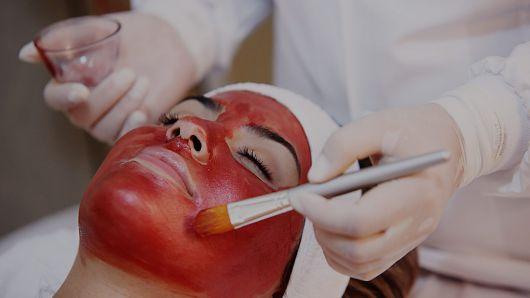 mulher fazendo limpeza de pele profunda