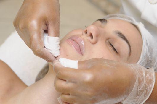 procedimento de limpeza em mulher