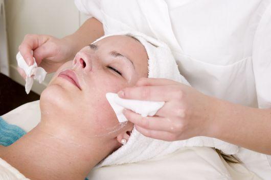 mulher fazendo limpeza de pele
