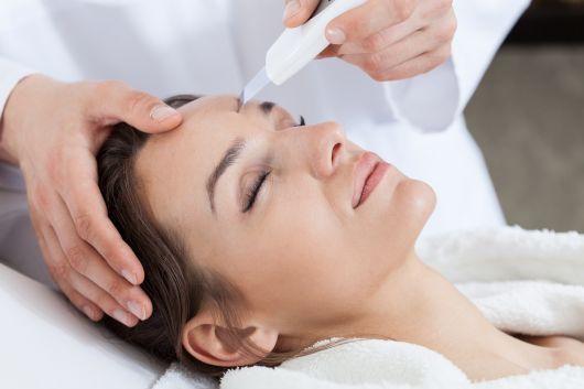mulher relaxada fazendo o procedimento