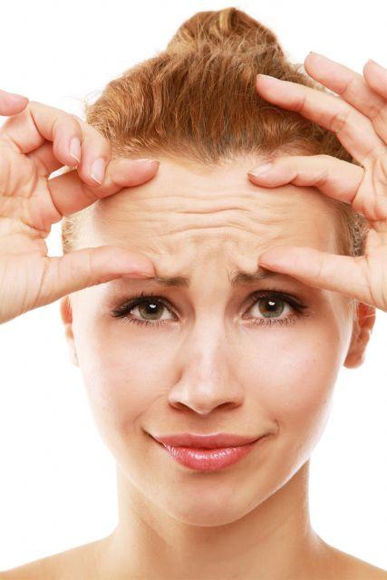 mulher com testa rugosa