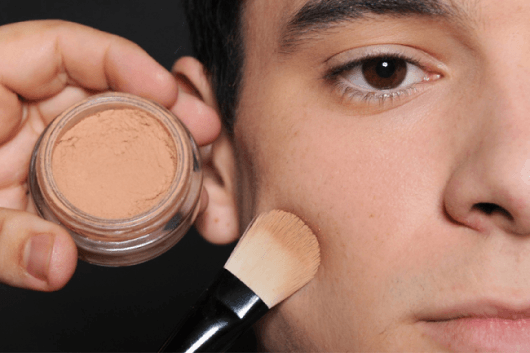Homem sendo maquiado