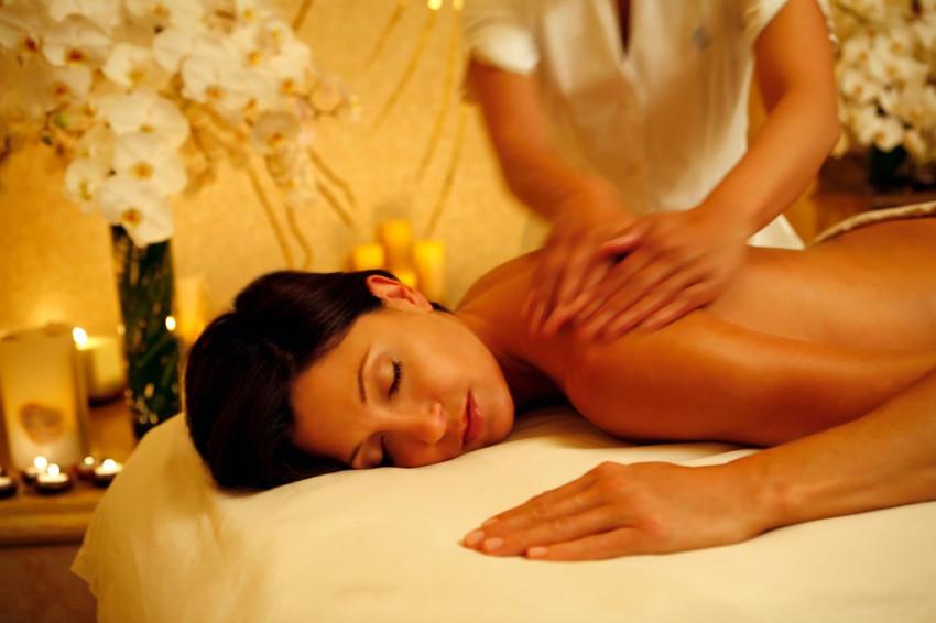 mulher recebendo massagem relaxante