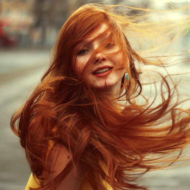 mulher ruiva de cabelo liso bonito