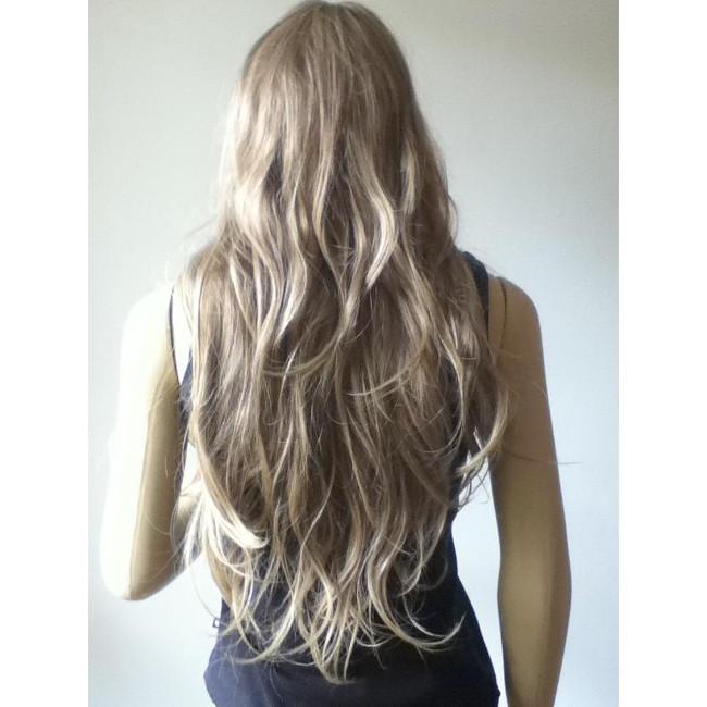 mulher de costas e cabelo cacheado loiro