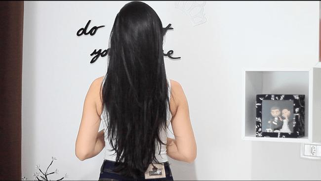 mulher de costas e cabelo preto liso
