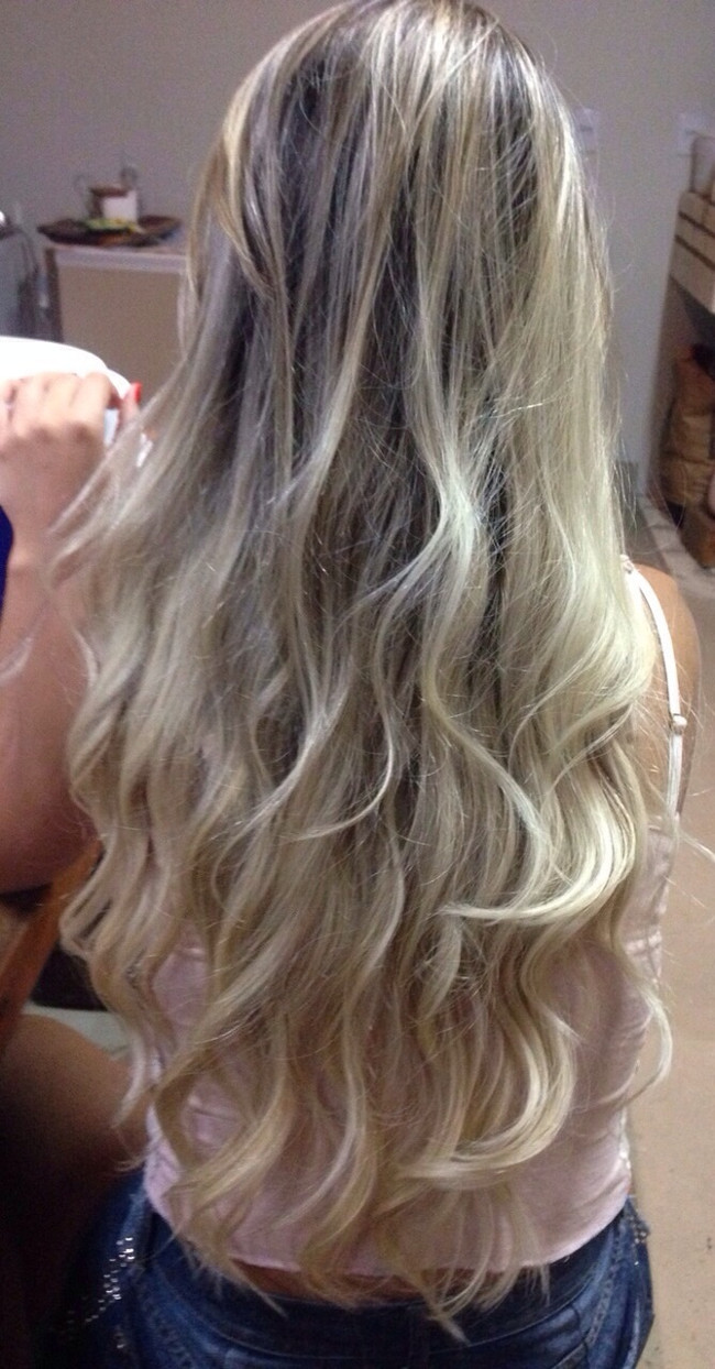 Mulher de cabelo loiro moreno comprido cacheado liso