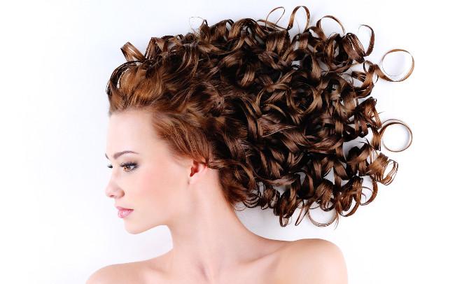 mulher bonita de cabelos cacheados hidratados