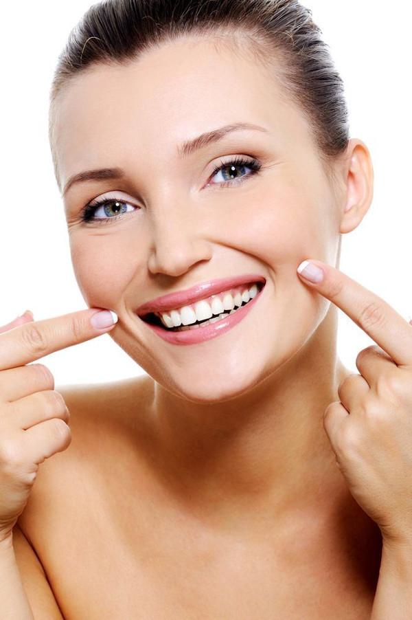 Mulher sorrindo com bigode chinês aparente