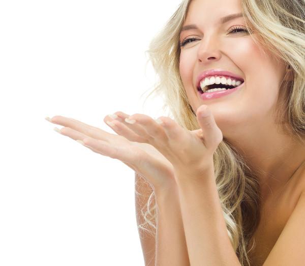 Mulher sorridente com preenchimento de bigode chinês