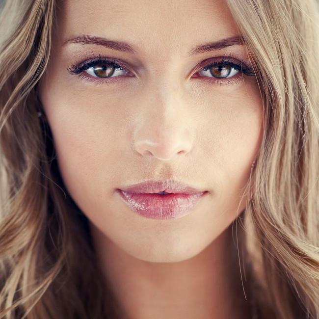 mulher bonita com lábios volumosos