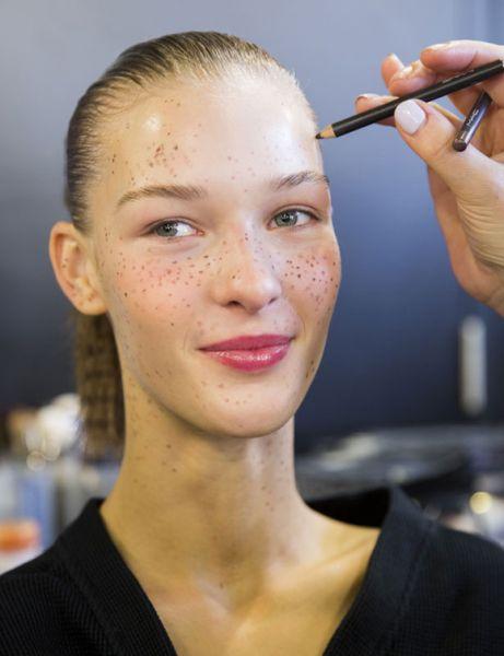 como fazer sardas com maquiagem