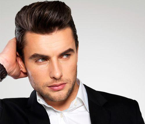 aplicando pomada para cabelo masculino