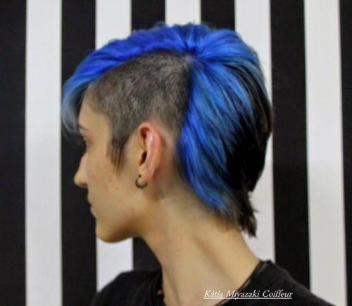 cabelo azul escuro e preto