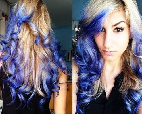 cabelo loiro com mechas azuis