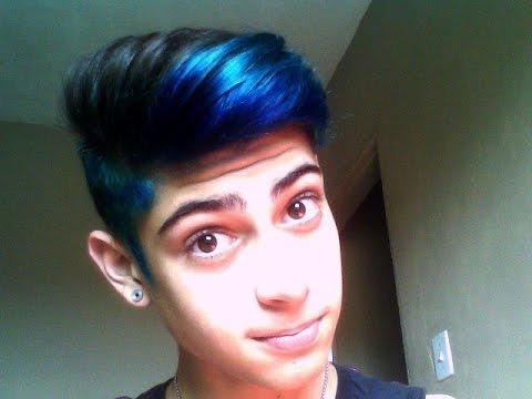 homem cabelo azul