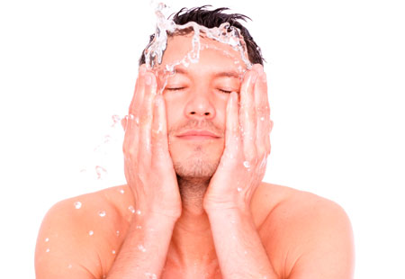 limpeza de pele masculina lavar o rosto
