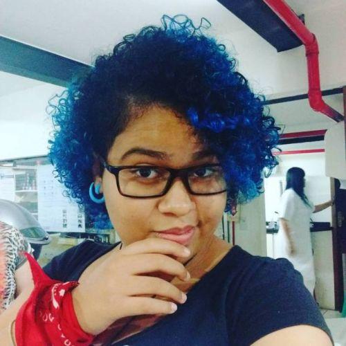morena cabelo azul escuro