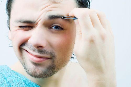 sobrancelha masculina com pinça