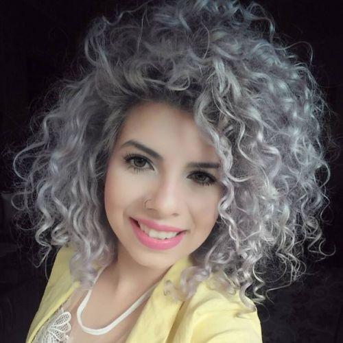 cabelo enrolado cinza