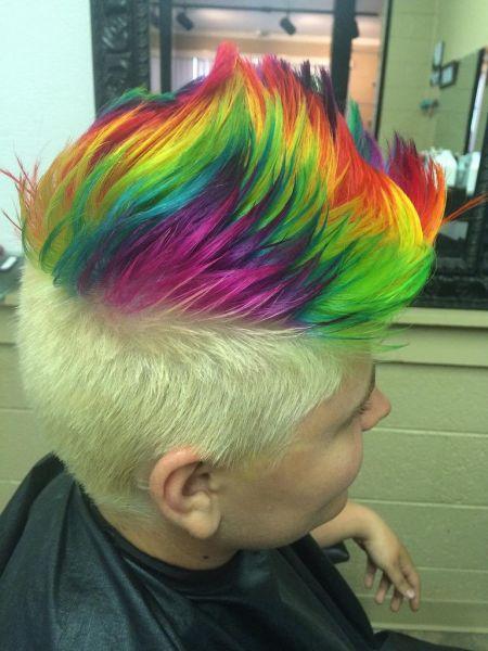 homem com cabelo arco íris