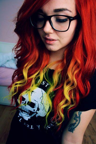 cabelo vermelho com mechas coloridas